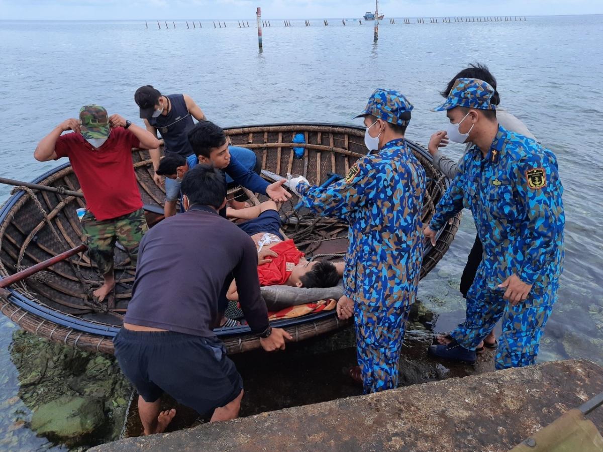 Cấp cứu ngư dân trên đảo Tiên Nữ