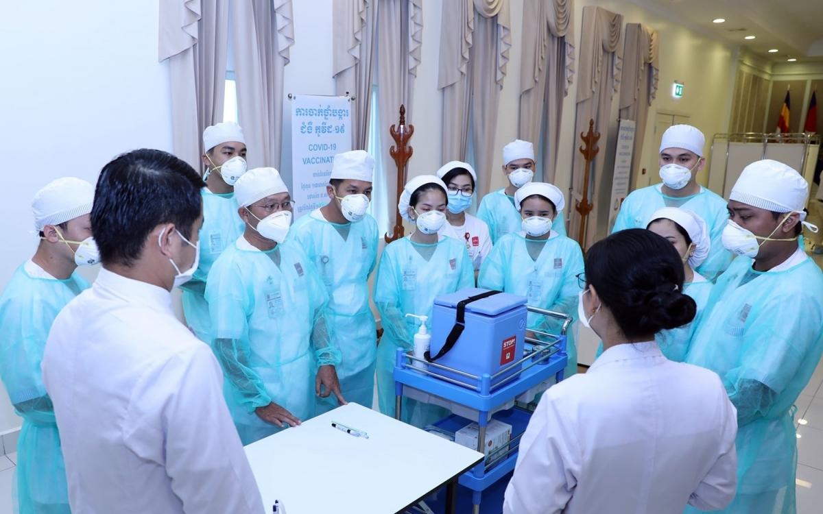 Nhân viên y tế Campuchia thời Covid-19. Ảnh: Bộ Y tế Campuchia.
