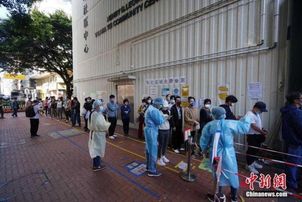 Người dân Hong Kong (Trung Quốc) xếp hàng xét nghiệm ngày 15/2 (tức mùng 4 Tết). Ảnh: Chinanews