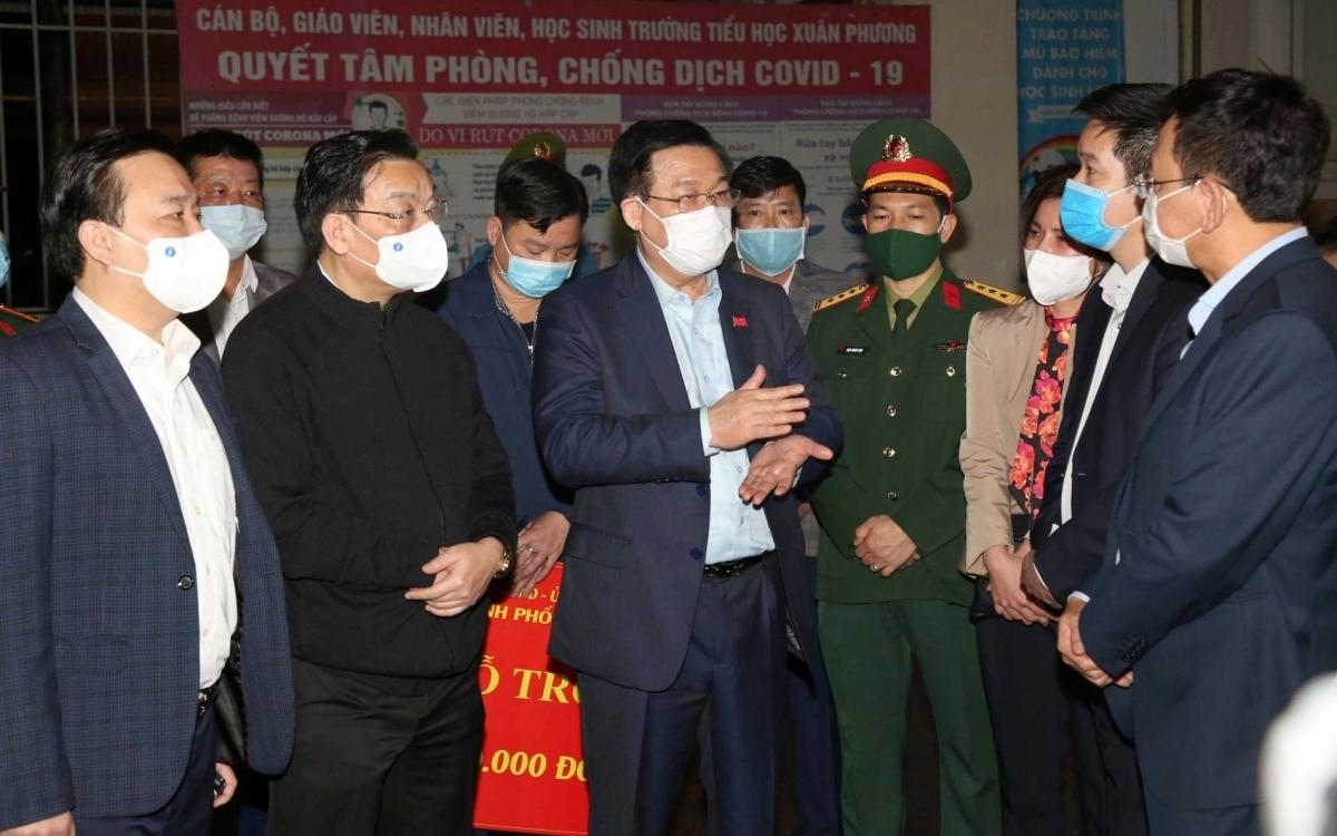 Bí thư Thành ủy Hà Nội Vương Đình Huệ kiểm tra đột xuất công tác phòng, chống dịch tại quận Nam Từ Liêm.
