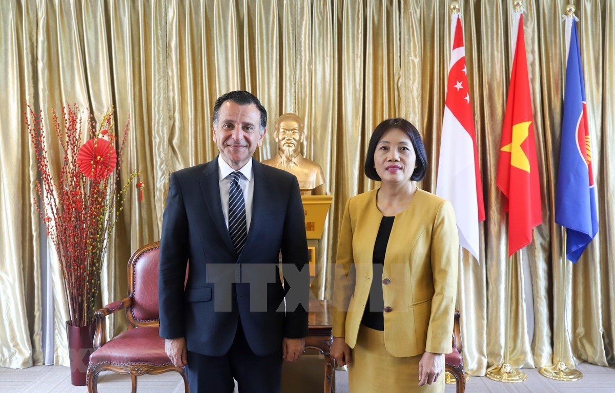 Vietnamese Ambassador to Singapore Tao Thi Thanh Huong (right) and Jordanian Ambassador to Singapore and Vietnam Mahmoud Hmoud in their meeting on February 23. (Photo: VNA)