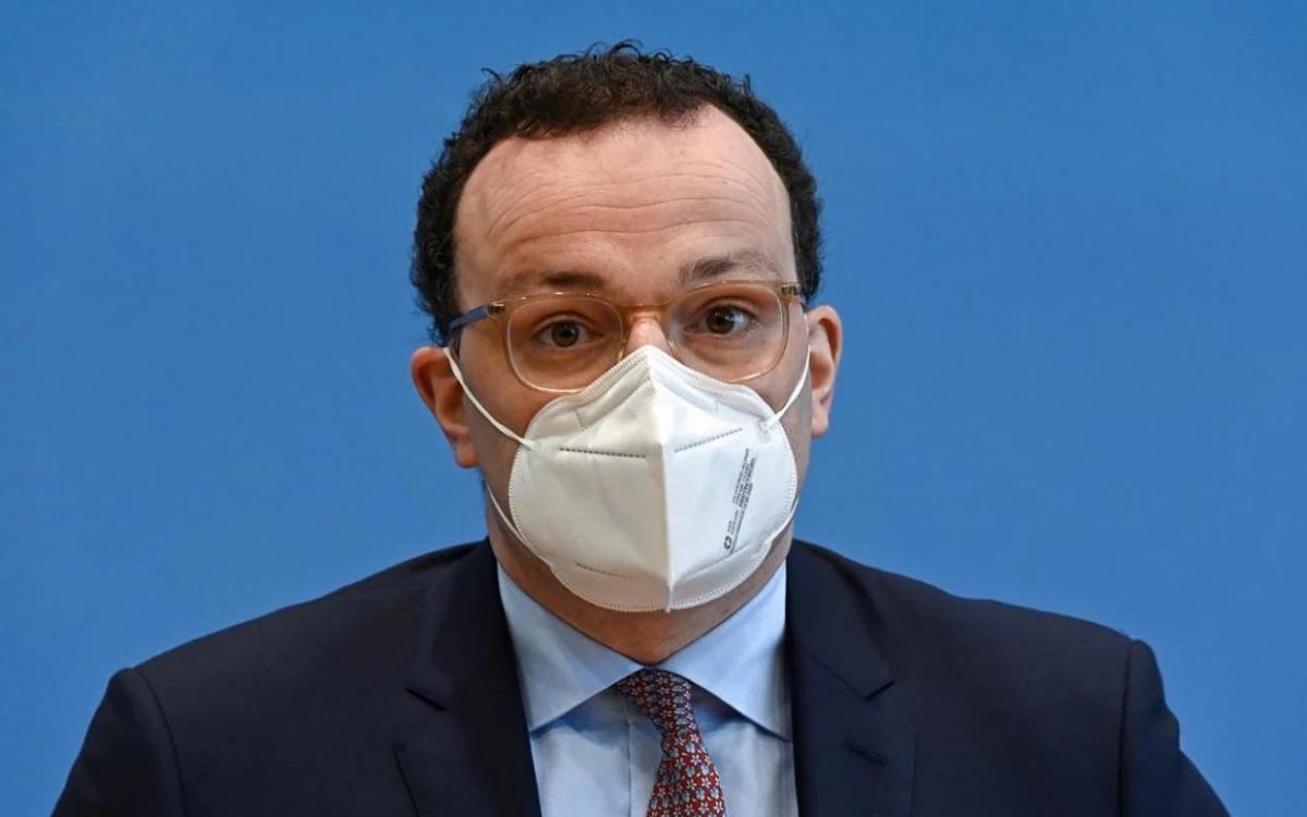 Đeo khẩu trang để ngăn ngừa lây nhiễm Covid-19. Ảnh: Reuters.
