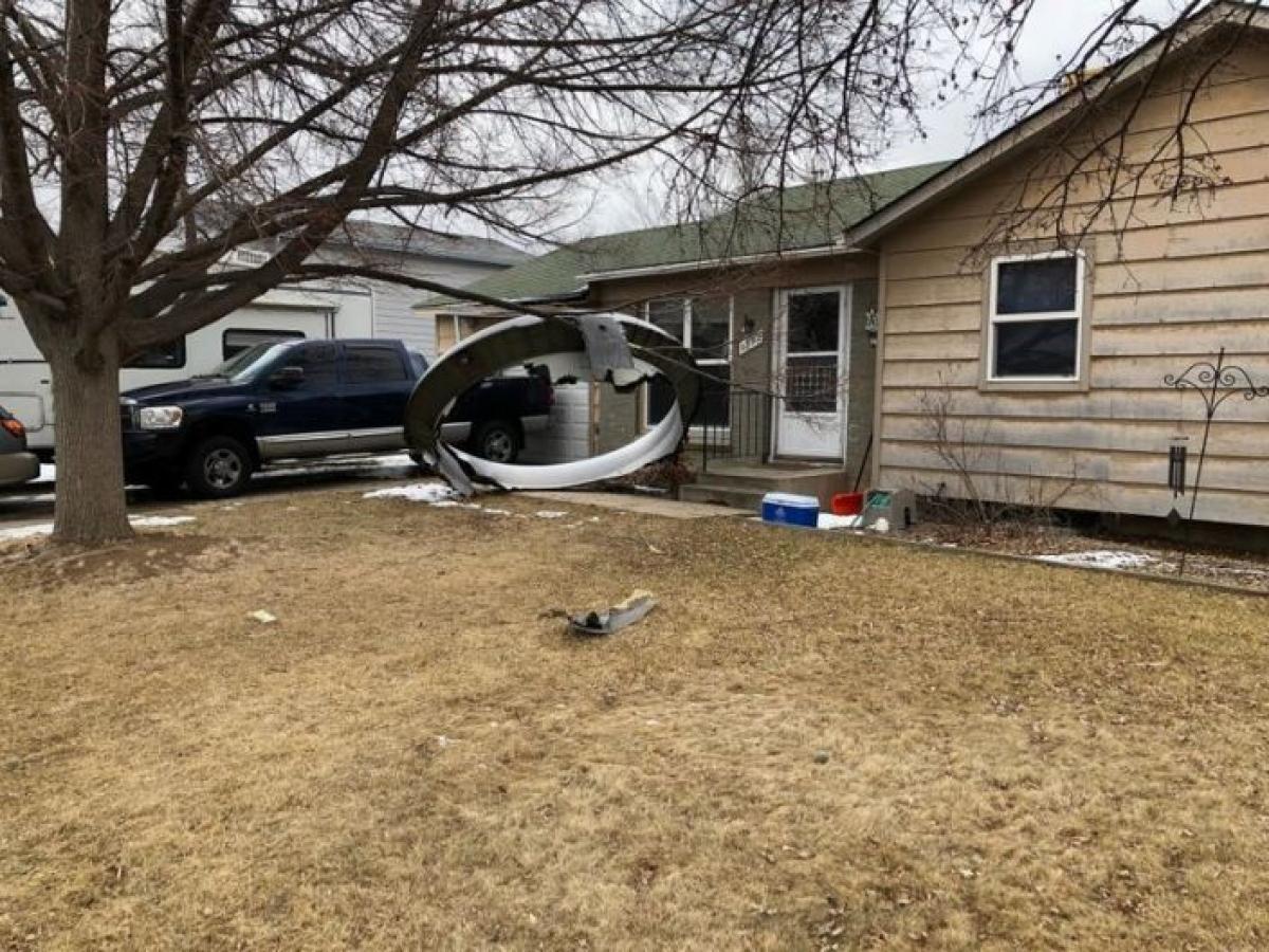 Một số mảnh vỡ máy bay trong sự cố động cơ. Ảnh: Reuters
