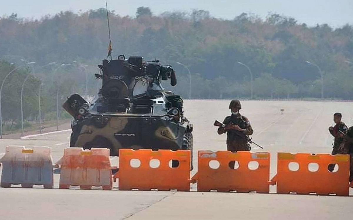 Quân đội Myanmar chốt chặn trên đường sau đảo chính. Ảnh: ABC News.