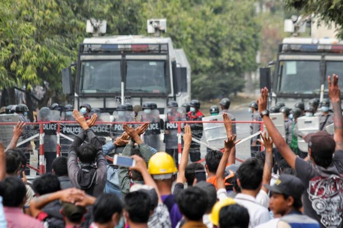 Nhiều người biểu tình phản đối chính biến ở thành phố Mandalay, Myanmar ngày 20/2. Ảnh: Reuters