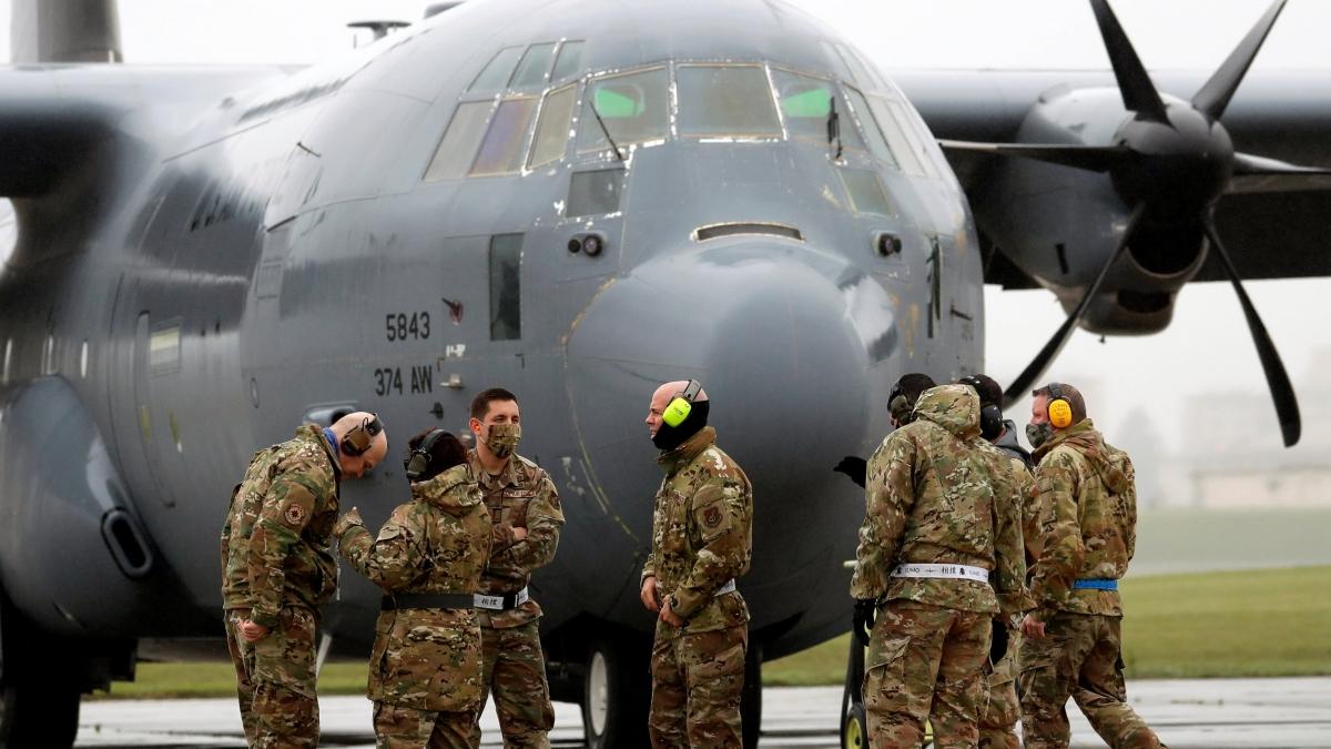 Binh lính Mỹ đeo khẩu trang trong một cuộc tập trận quân sự tại Căn cứ Không quân Mỹ Yokota tại Fussa, Nhật Bản. Ảnh: Reuters