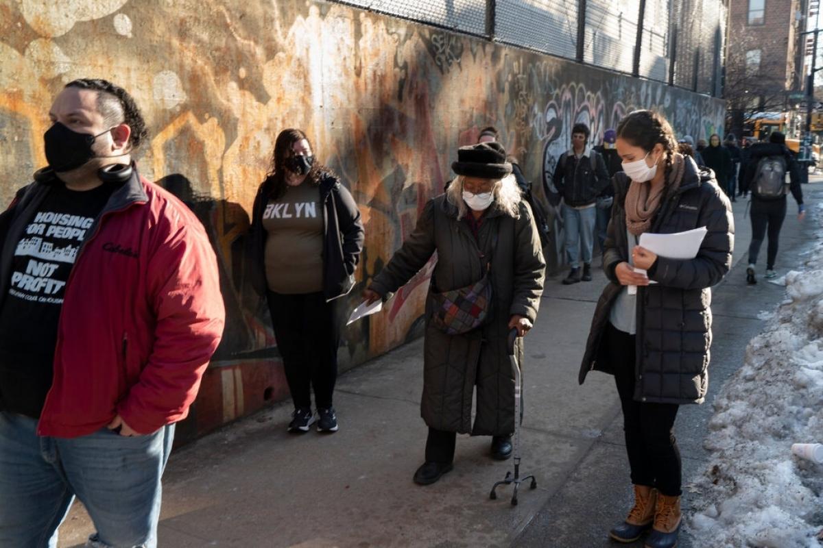 Người dân xếp hàng chờ tiêm vaccine ở Brooklyn, New York. Ảnh: New York Times