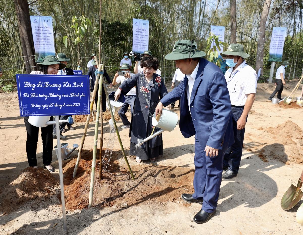 Phó Thủ tướng Trương Hòa Bình trồng cây lưu niệm.