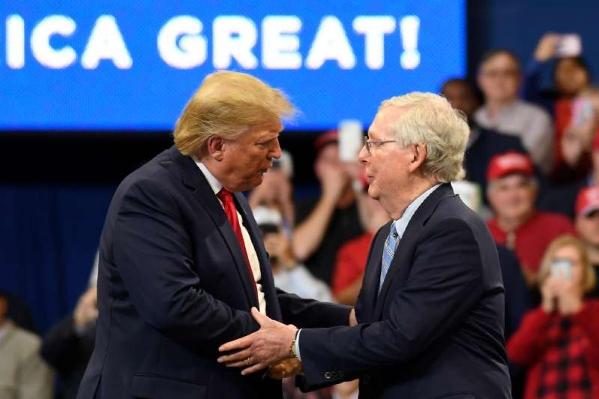 Ông Donald Trump và Thượng nghị sĩ Mitch McConnell trong một cuộc mít tinh vận động tranh cử ở Lexington, bang Kentucky ngày 4/11/2019. Ảnh: AP