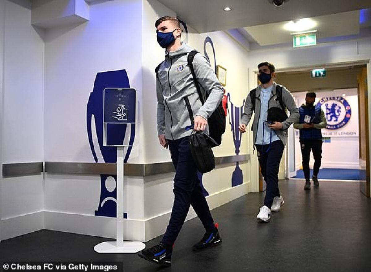 Chủ nhà Chelsea có mặt ở đường hầm Stamford Bridge. (Ảnh: Getty).