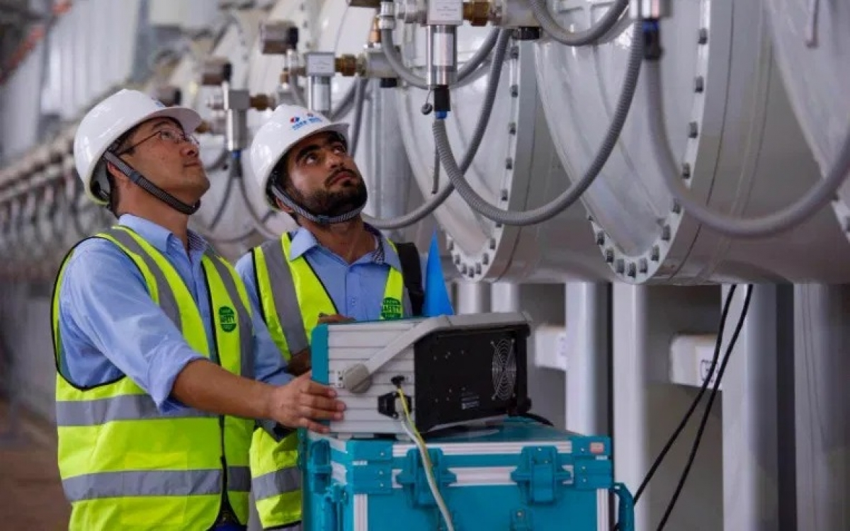 Kỹ thuật viên Trung Quốc và Pakistan tại một nhà máy điện Pakistan được Trung Quốc cấp tài chính. Ảnh: Facebook.