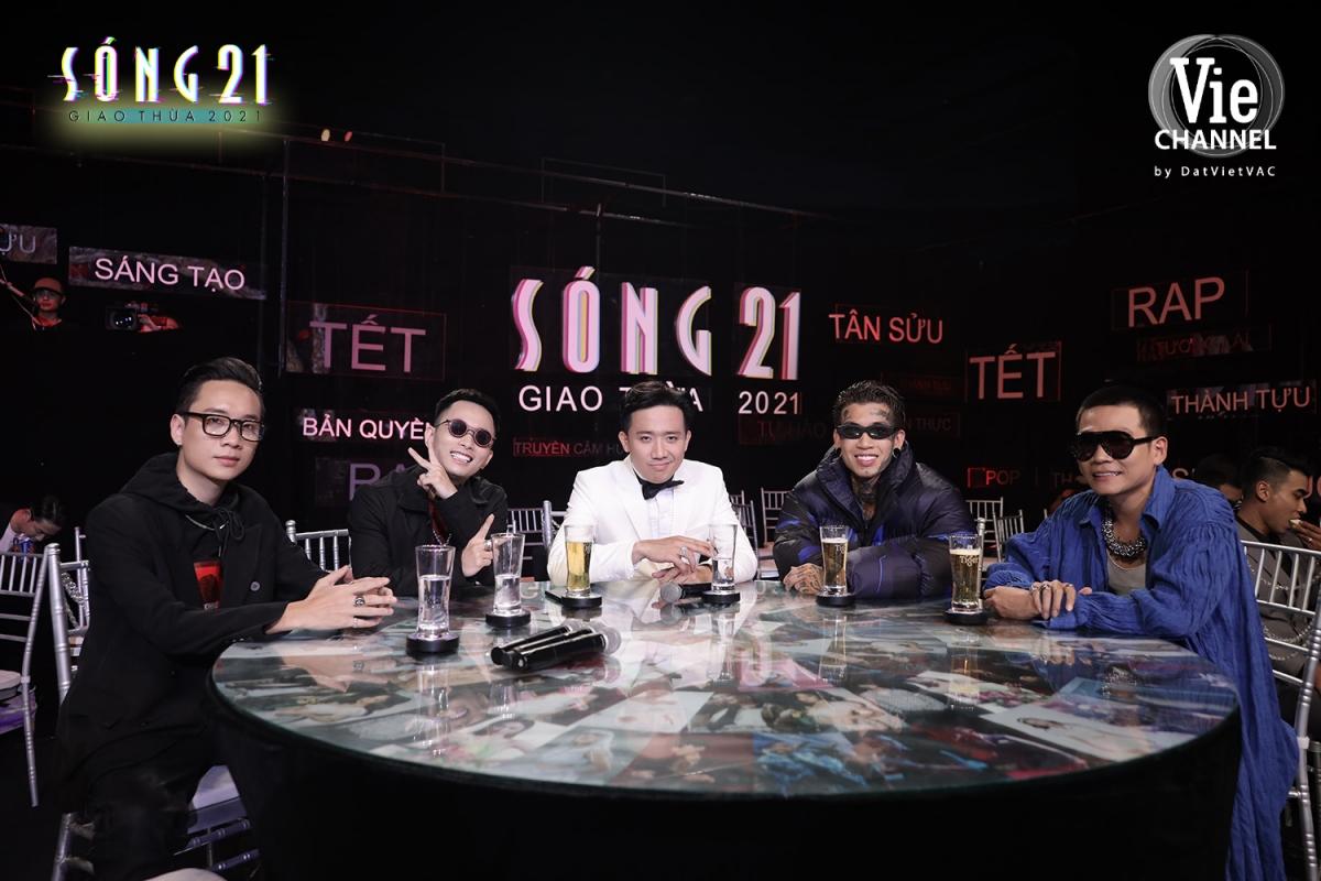 """Dàn HLV và thí sinh Rap Việt đổ bộ sân khấu """"Sóng 21""""."""