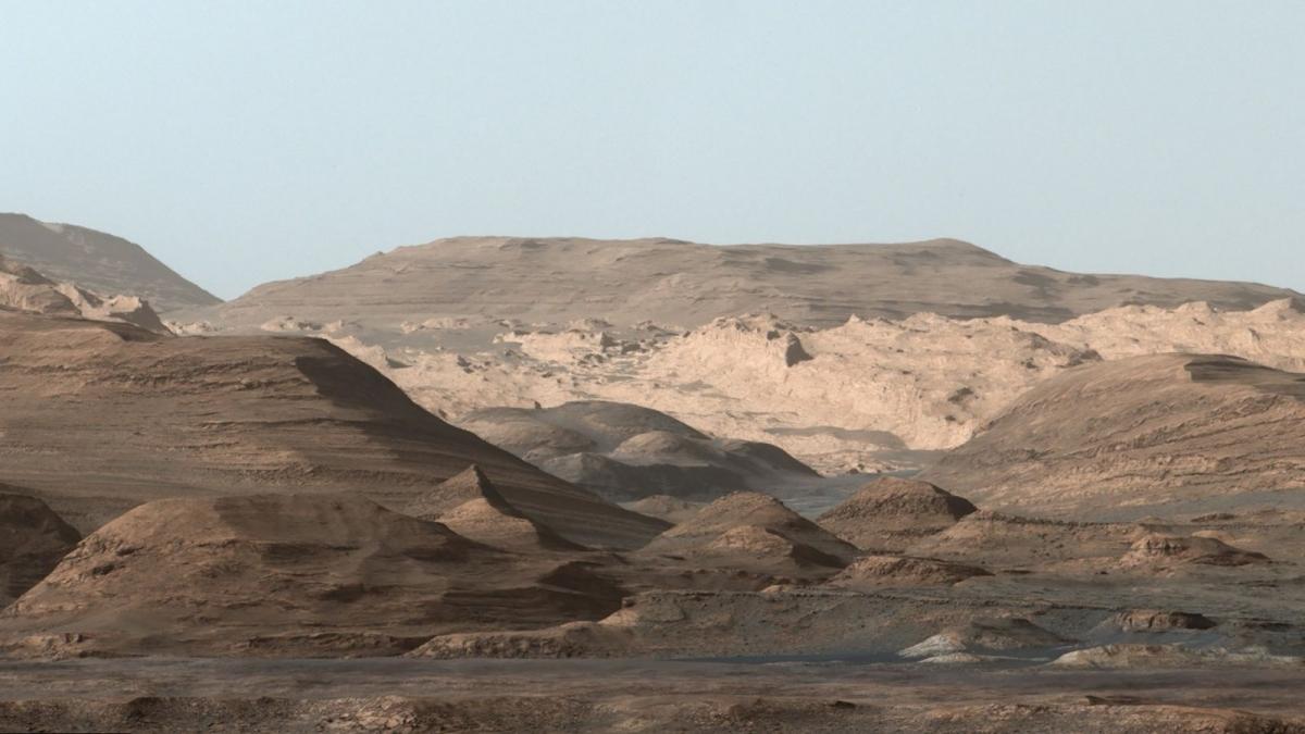 Hình ảnh ghép từ nhiều bức ảnh khác nhau cho thấy các khu vực cao hơn của núi Mount Sharp được tàu thăm dò Curiosity của NASA chụp lại vào tháng 9/2015. Sự thay đổi của các lớp khoáng chất trong hình ảnh này đã cho thấy sự thay đổi về môi trường trên sao Hỏa vào thời kỳ đầu.