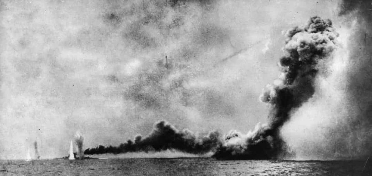 Trận Jutlnd là trận chiến trên biển lớn nhất và là cuộc xung đột toàn diện duy nhất trong Thế chiến I. Cuộc chiến giữa Hạm đội Grand Fleed của Hải quân Hoàng gia Anh và Hạm đội High Seas của Hải quân Đức diễn ra từ ngày 31/5 -1/6/1916 ngoài khơi Biển Bắc của Bán đảo Jutland của Đan Mạch. Không có bên nào giành được chiến thắng quyết định trong trận đánh này. Trong ảnh là tàu HMS Lion và HMS Queen Mary của Anh bị Đức nã pháo vào.