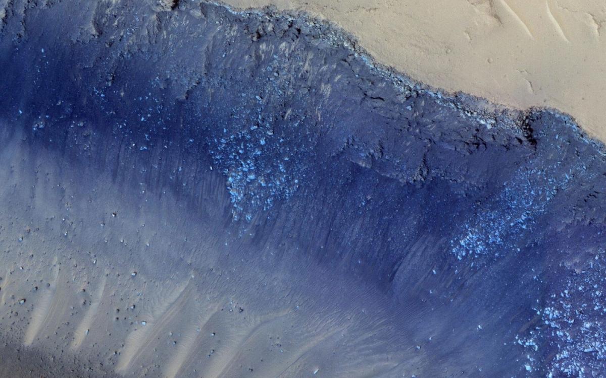 Hai cơn rung chấn lớn nhất từng được tàu Insight của NASA phát hiện dường như xuất phát từ một khu vực trên sao Hỏa gọi là Cerberus Fossae. Các nhà khoa học trước đó đã phát hiện được những dấu hiệu của hoạt động kiến tạo tại đây, bao gồm cả các trận lở đất. Hình ảnh này được camera HiRISE chụp lại./.