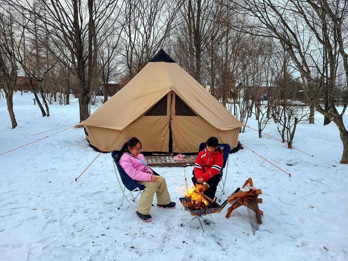 Hai bé nhà Sakura cắm trại đốt lửa trên tuyết