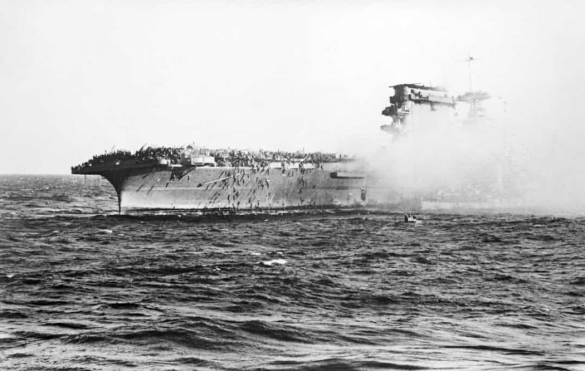 Trận Biển San hô có ý nghĩa đáng kể về mặt lịch sử khi là trận chiến hải quân đầu tiên mà các bên đưa tàu sân bay vào tham chiến. Trận chiến này diễn ra từ 4 - 8/5/1942 ở Thái Bình Dương giữa Hải quân Nhật Bản với Hải quân và Không quân của Mỹ và Australia. Việc tàu sân bay Lexington của Mỹ nằm trong số những tàu thuyền bị tổn thất trong trận chiến này được coi như một chiến thắng hạn chế cho Nhật Bản. Tuy nhiên, về mặt chiến lược, bên thắng trong trận đánh này thuộc về quân đồng minh.