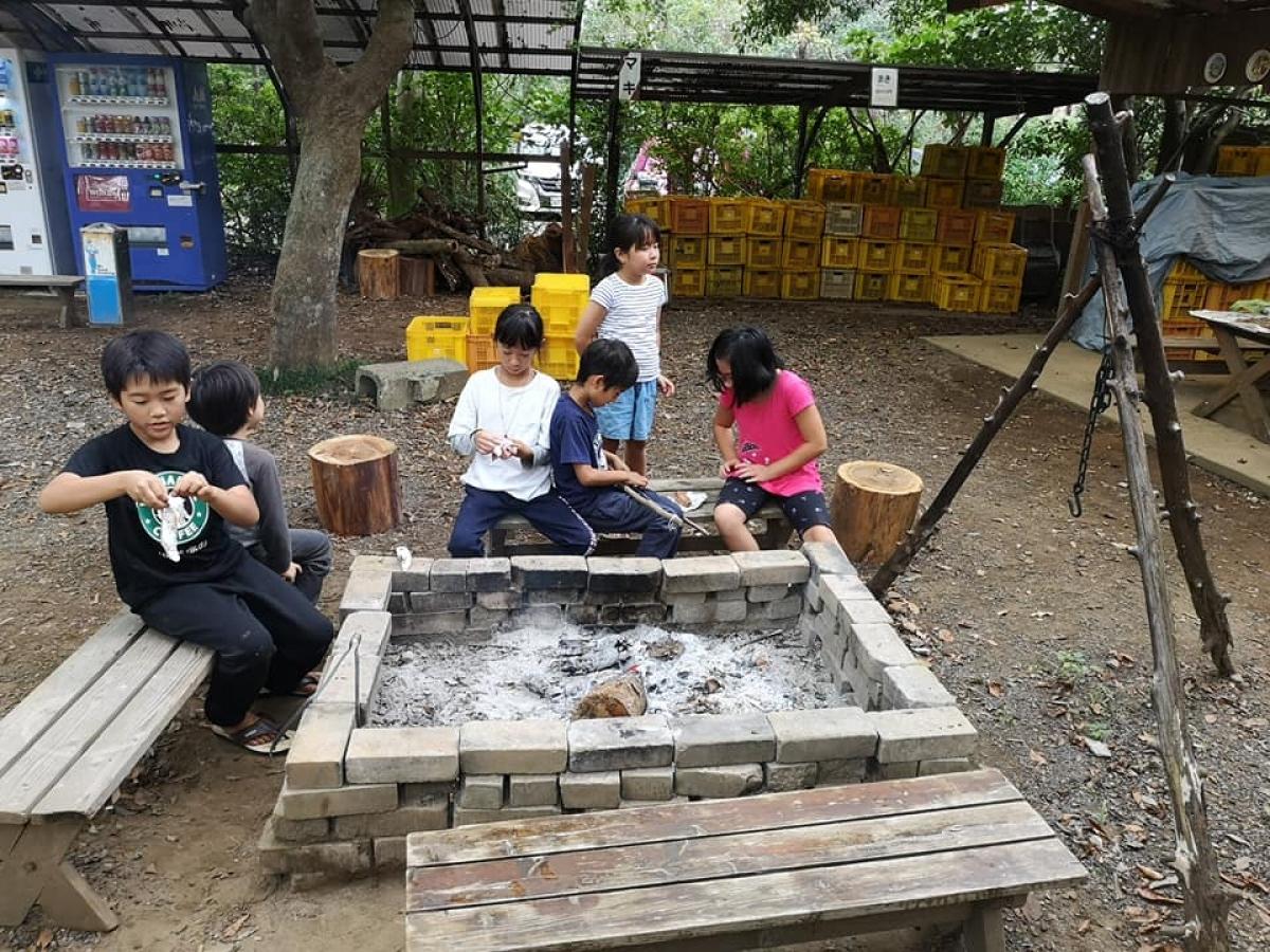 Hai bé nhà Sakura hòa đồng cùng các bạn mới quen ở khu trại
