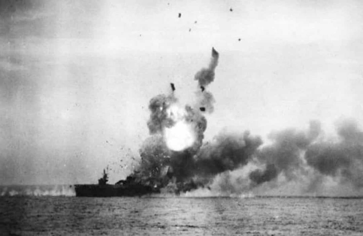 Trận chiến Vịnh Leyte là trận chiến trên biển lớn nhất trong Thế chiến II và được nhiều sử gia coi là trận chiến trên biển lớn nhất trong lịch sử với hơn 200.000 quân nhân tham gia. Trận chiến này diễn ra ở vùng biển gần các quần đảo Leyte, Samar và Luzon của Philippines từ 23 - 26/10/1944 giữa các lực lượng của Mỹ và Australia với Hải quân Nhật Bản. Mặc dù Nhật Bản lần đầu tiên sử dụng chiến thuật phi công cảm tử Thần Phong (kamikaze) nhưng Hải quân nước này nhìn chung đã bị đánh bại. Trong ảnh là sự kiện tàu chiến USS St. Lo trở thành tàu chiến lớn đầu tiên bị chìm trong chiến dịch Kamikaze.