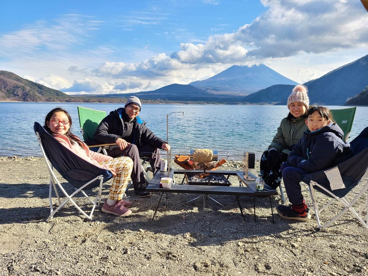 Nhà Sakura quây quần bên nhau trong một lần đi cắm trại
