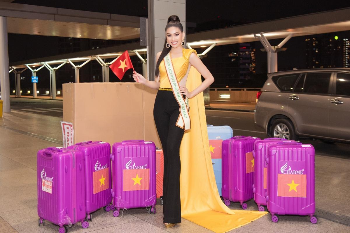 Tối ngày 26/2, Ngọc Thảo đã xuất hiện tại sân bay Tân Sơn Nhất từ sớm. Cô không quên đeo sash và mang lá cờ Việt Nam, thể hiện niềm tự hào và tinh thần sẵn sàng bước chân vào đấu trường nhan sắc quốc tế.