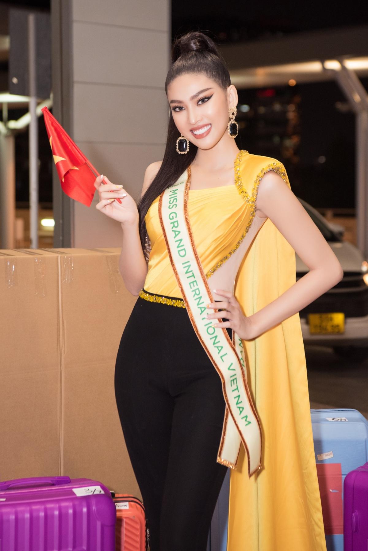 Trước giờ G, nàng hậu gây ấn tượng khi thả dáng đầy thần thái và khoe trọn đôi chân dài 1m11 trong bộ trang phục của NTK Linh San.