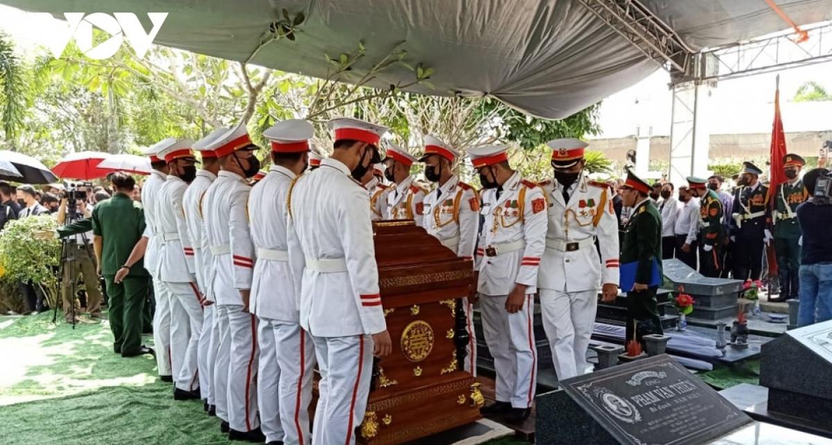 Linh cữu nguyên Phó Thủ tướng Trương Vĩnh Trong được an táng tại Nghĩa trang liệt sĩ tỉnh Bến Tre.