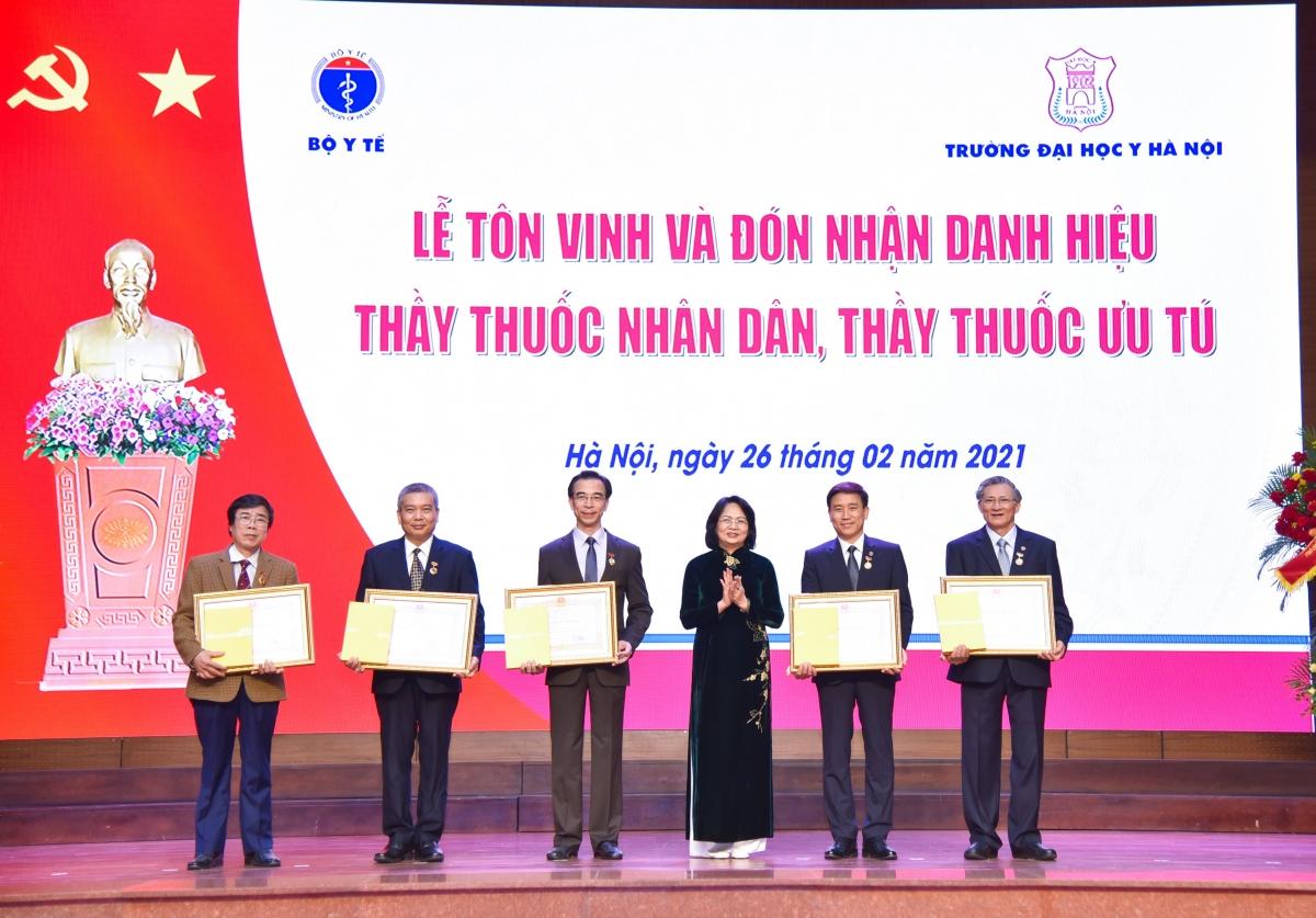 Phó Chủ tịch nước Đặng Thị Ngọc Thịnh trao tặng danh hiệu cho 5 thầy thuốc nhân dân.