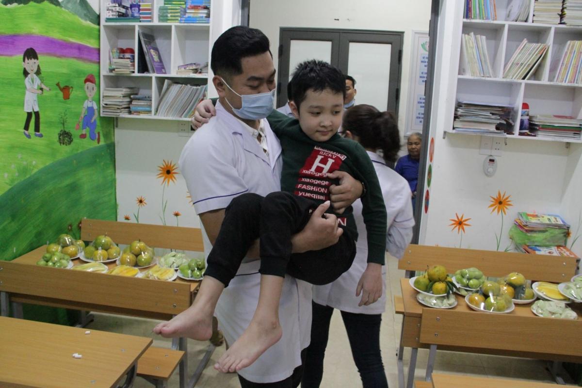 Cậu học trò đặc biệt Nguyễn Văn Vinh luôn được giáo viên bế đến lớp.