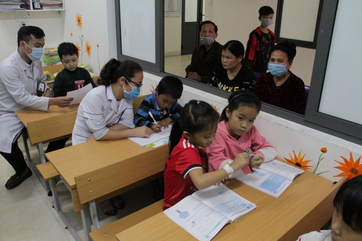 Lớp học đặc biệt tại Trung tâm huyết học truyền máu Nghệ An, nơi đó giáo viên khoác áo Blu trắng, còn học trò là những bệnh nhân.