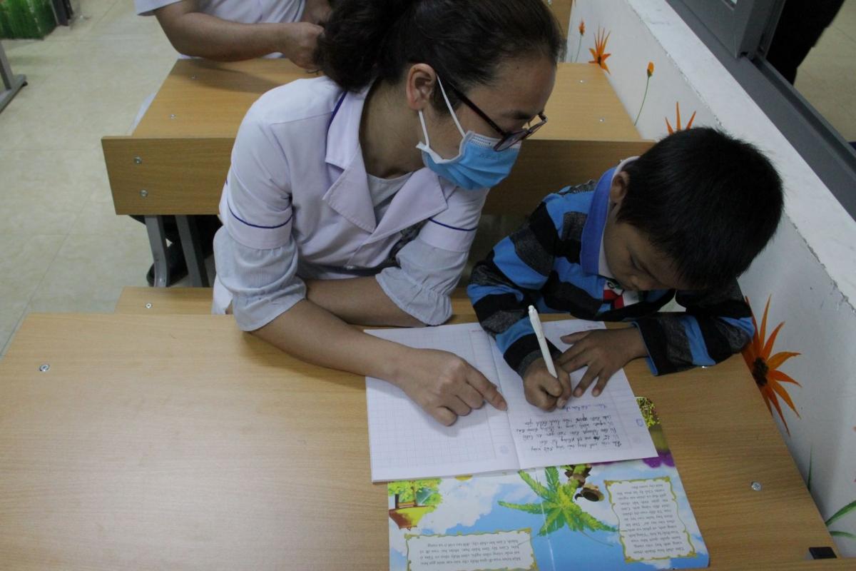 Các em luôn háo hức chờ đợi đến tối để được đến lớp học bài, quên đi mệt mỏi sau một ngày điều trị.