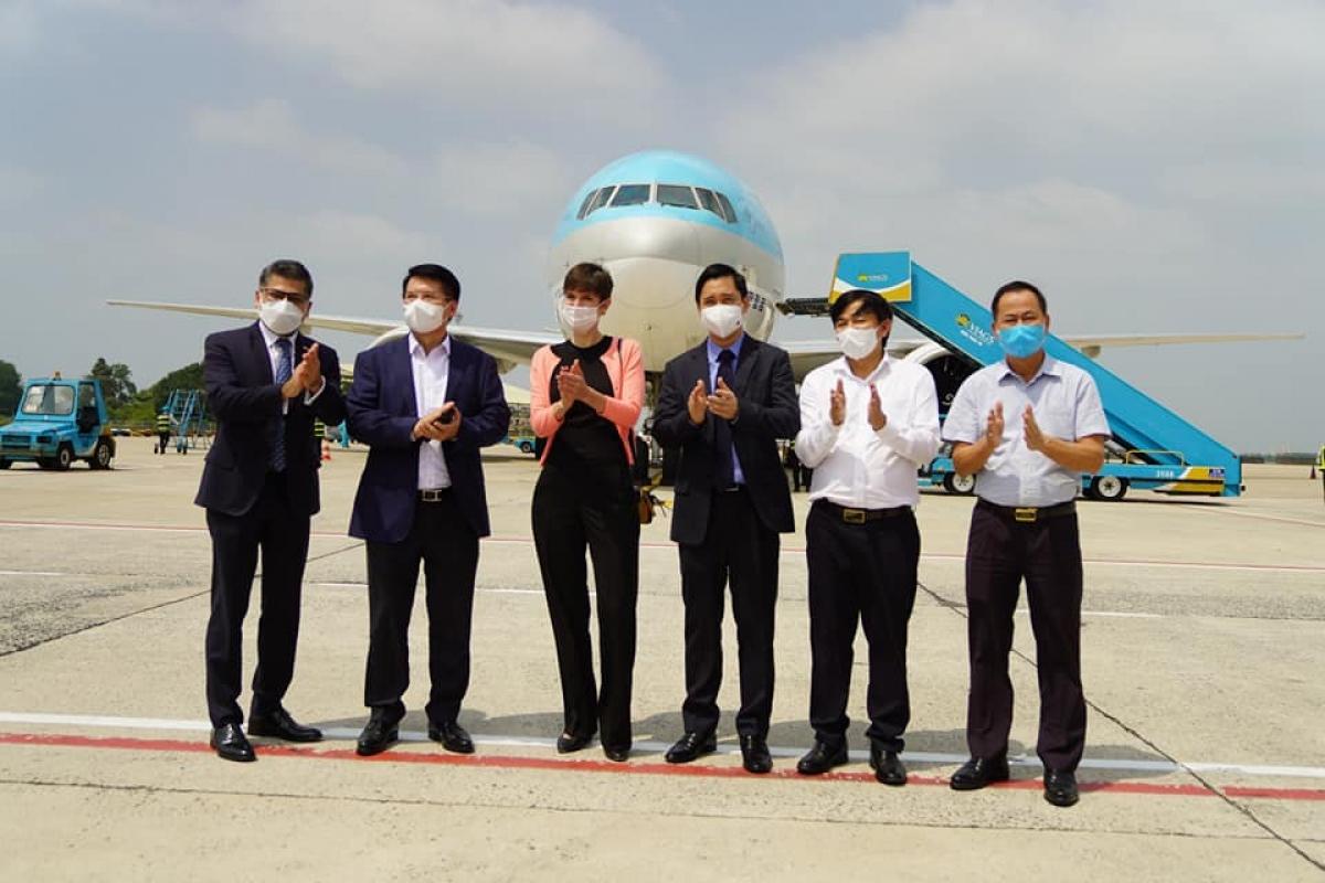 Đoàn của Bộ Y tế cùng lãnh đạo hãng dược AstraZeneca Việt Nam và lãnh đạo VNVC có mặt khi máy bay vừa đáp. Thứ trưởng Bộ Y tế Trương Quốc Cường đã có mặt tiếp nhận lô vaccine này./. (Ảnh: Bộ Y tế)