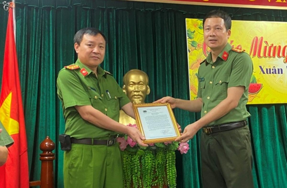 Thừa ủy quyền của Bộ trưởng Bộ Công an, Đại tá Vũ Hồng Văn, Giám đốc Công an tỉnh Đồng Nai trao thư khen của Bộ Công an cho trưởng ban chuyên án.