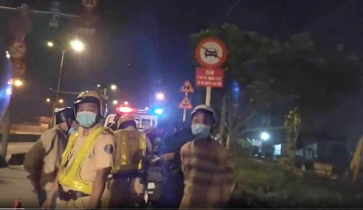 Lực lượng CSGT bị ghi hình. (Ảnh cắt từ clip lan truyền trên mạng xã hội)