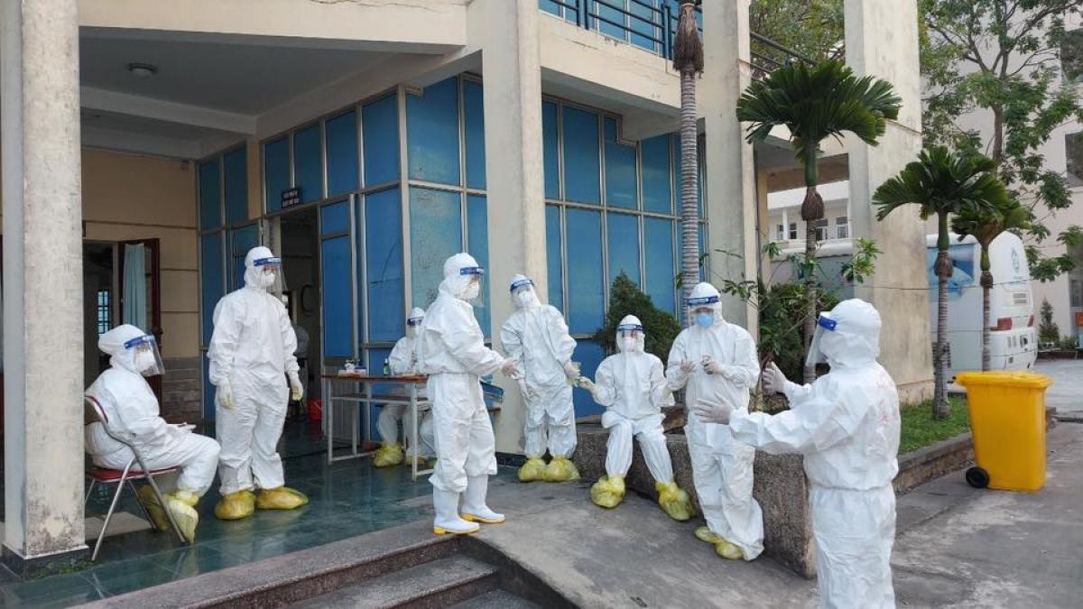 BS Nguyễn Trọng Khoa đang hướng các nhân viên y tế cách phòng dịch, chống lây nhiễm chéo. (Ảnh: FBNV)