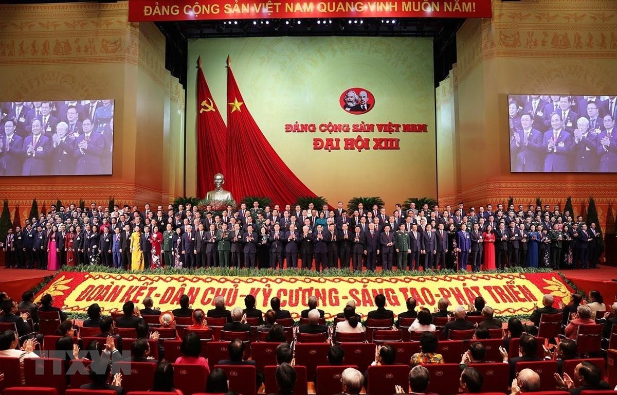 Ban Chấp hành Trung ương khóa XIII ra mắt Đại hội. Ảnh: TTXVN