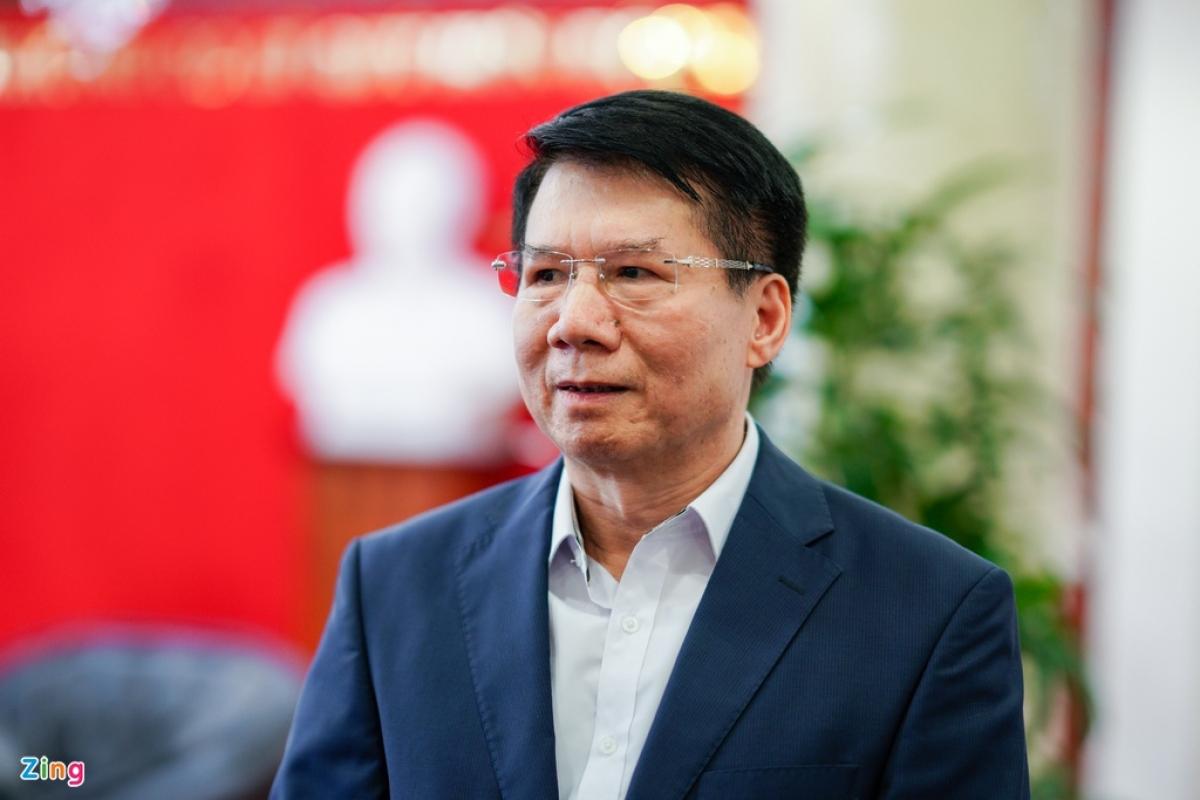 """Có mặt tại sân bay đón lô vaccine đầu tiên, Thứ trưởng Bộ Y tế Trương Quốc Cường cho rằng: """"Lô vaccine đầu tiên được nhập về rất kịp thời cho công tác phòng, chống dịch của Việt Nam. Mặc dù cả nước đã nỗ lực kiểm soát tốt dịch bệnh, nhưng để thực hiện được mục tiêu kép, vừa chống dịch, vừa phát triển kinh tế thì nhất định phải tiêm chủng vaccine phòng Covid-19 cho người dân để tạo miễn dịch cộng đồng. (Ảnh: Zing.vn)"""