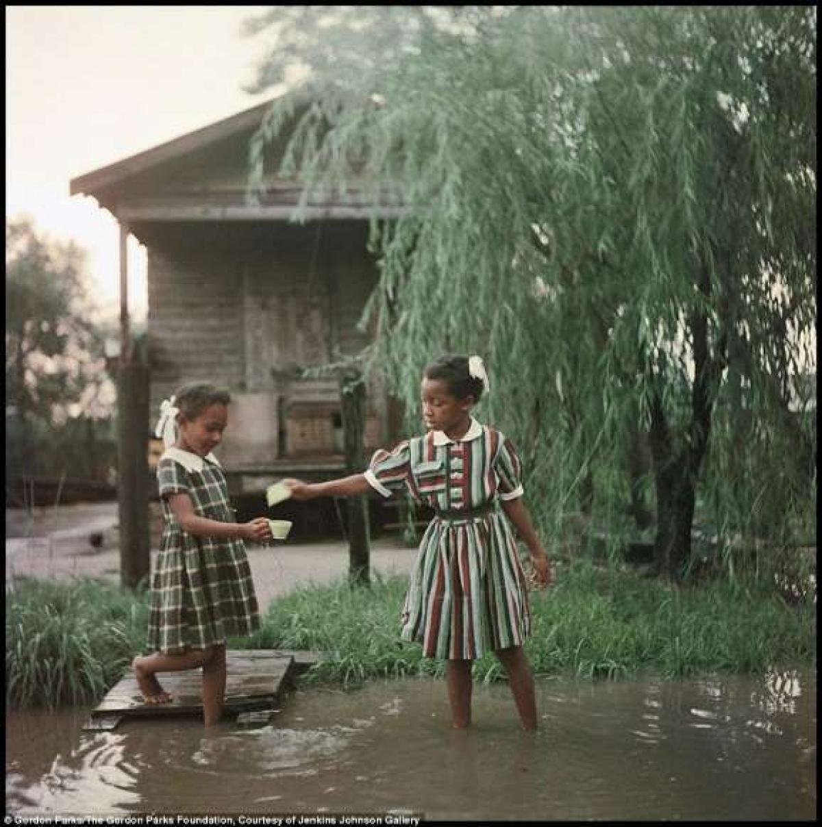 Gordon Parks trở thành phóng viên ảnh da màu đầu tiên của tạp chí Life vào năm 1956, nơi ông kể câu chuyện về gia đình Thornton, những người sống ở Jim Crow South. Các bức ảnh của Parks cho thấy cuộc sống hàng ngày của gia đình tại bang Alabama và họ bị ảnh hưởng sâu sắc như thế nào bởi sự phân biệt chủng tộc.