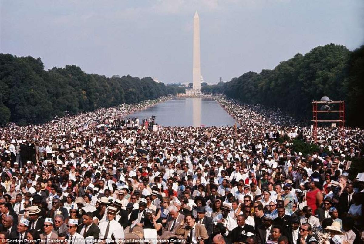 """Gordon Parks cũng ghi lại những khoảnh khắc lịch sử như bài phát biểu """"I Have A Dream"""" của Martin Luther King, khi nó vang lên từ Đài tưởng niệm Lincoln trước đám đông 250.000 người."""