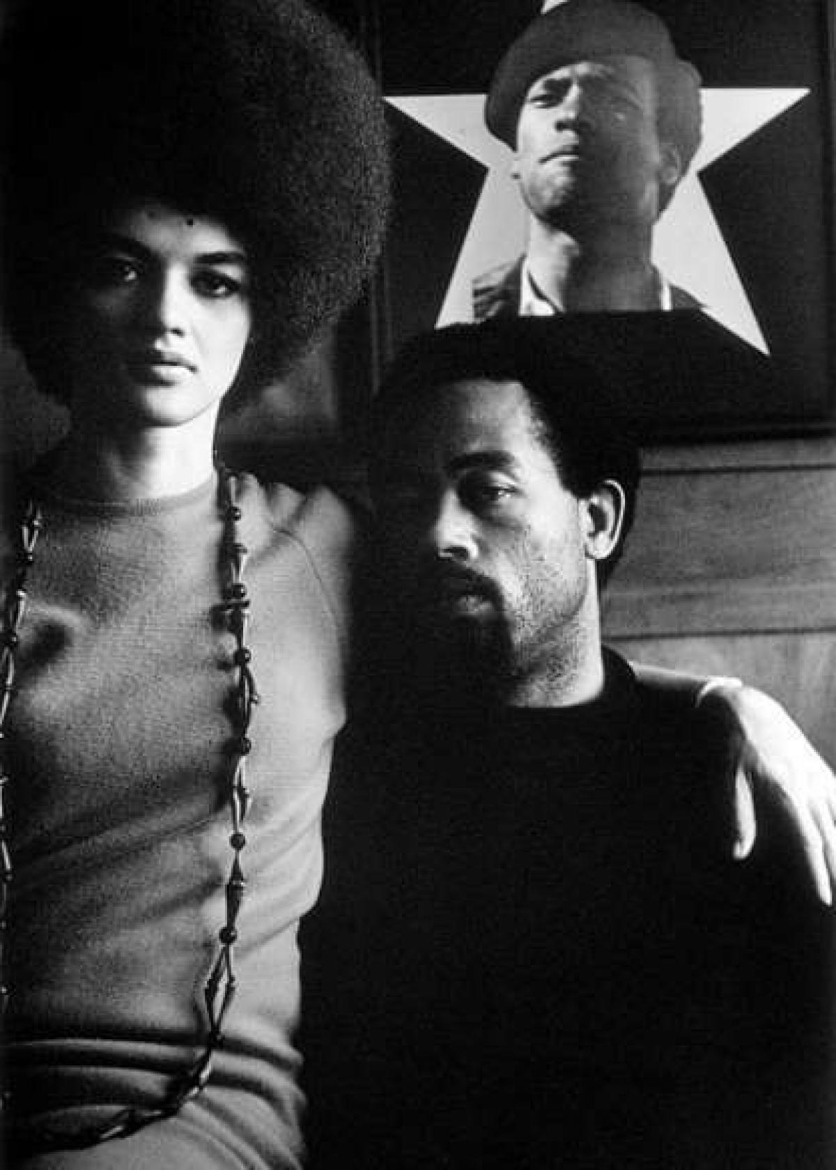 Nhiếp ảnh gia Parks đã dành hơn một thập kỷ để nghiên cứu tài liệu về phong trào dân quyền. Trong bức ảnh này, lãnh đạo Đảng Báo đen (Black Panther), Eldridge Cleaver, chụp với vợ của mình là Kathleen.