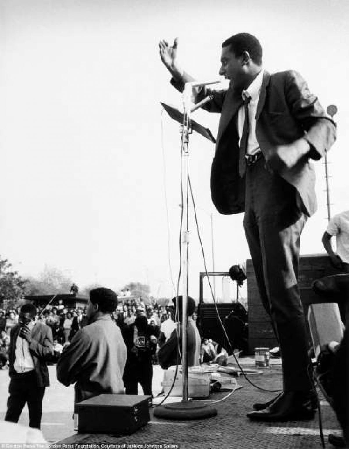 Trong bức ảnh là Stokely Carmichael, một nhà hoạt động trong phong trào dân quyền, có bài phát biểu trước một đám đông ở Watts, bang California (Mỹ) vào năm 1967.