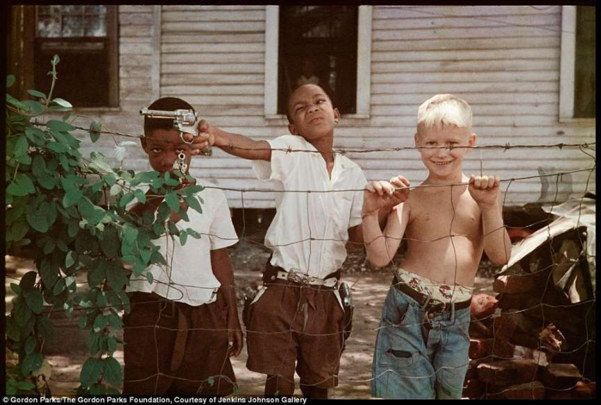 Ông Parks đã chụp những bức ảnh khiến công chúng Mỹ có cái nhìn đầu tiên về niềm vui và sự tuyệt vọng của những người Mỹ da đen trong những năm đầu thập niên 1940. Ông Parks đã để những bức ảnh kể những câu chuyện, chẳng hạn như trong bức ảnh sâu sắc và không có tiêu đề này.