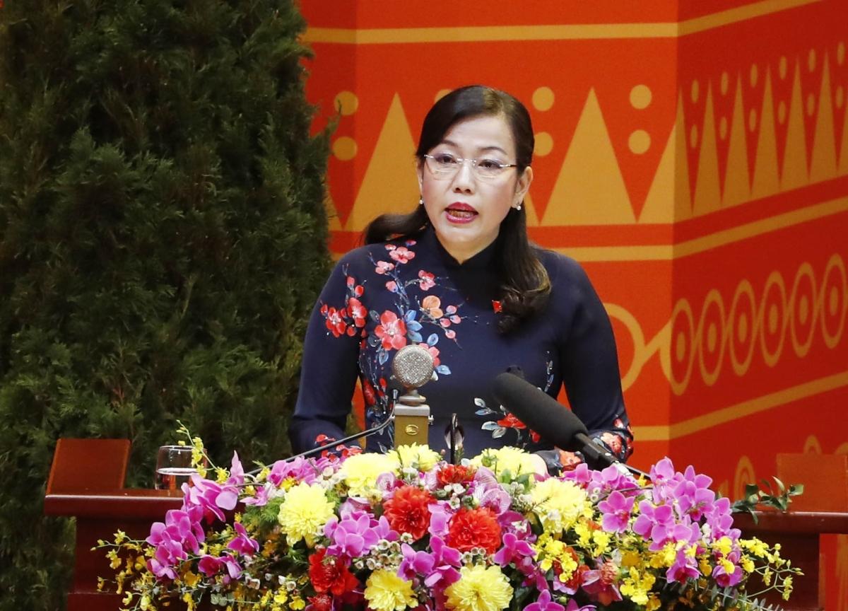 Bà Nguyễn Thanh Hải, Ủy viên Đoàn Thư ký Đại hội đọc danh sách các chính Đảng, tổ chức và bạn bè quốc tế gửi thư, điện chúc mừng Đại hội XIII của Đảng.