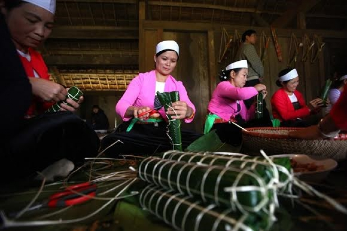 The Muong people make glutinous rice cakes for Tet.