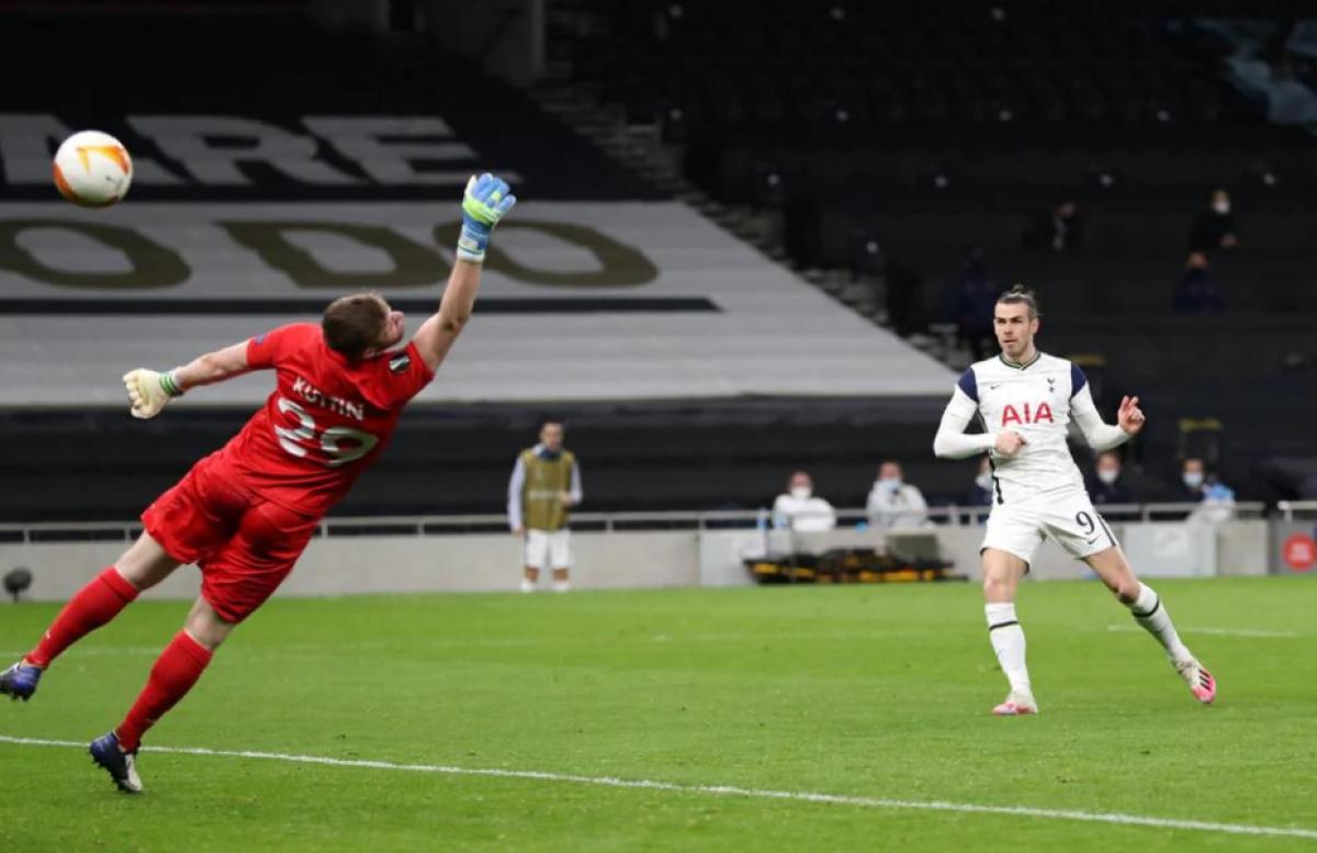 Đến phút 73, Gareth Bale có pha dứt điểm tinh tế, nâng tỷ số lên 3-0. Đây là bàn thắng thứ 6 của anh ở mùa giải này cho Tottenham.
