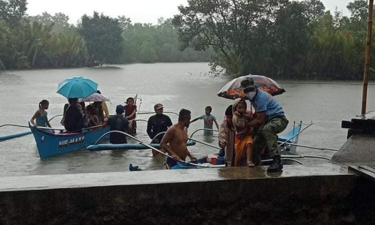 Sơ tán người dân trước khi cơn bão đổ bộ