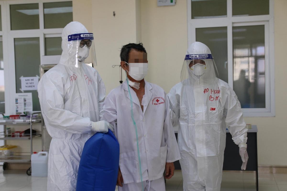 Một bệnh nhân COVID-19 nặng tại Bệnh viện Đại học Kỹ thuật y tế Hải Dương được bác sĩ Bệnh viện Bạch Mai hỗ trợ. (Ảnh: Cục Quản lý Khám chữa bệnh)