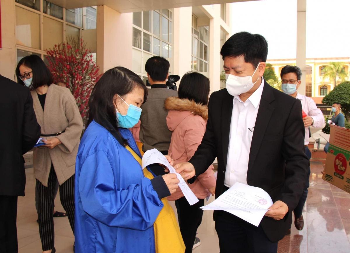 BS Nguyễn Trọng Khoa trao giấy chứng nhận khỏi bệnh cho bệnh nhân.