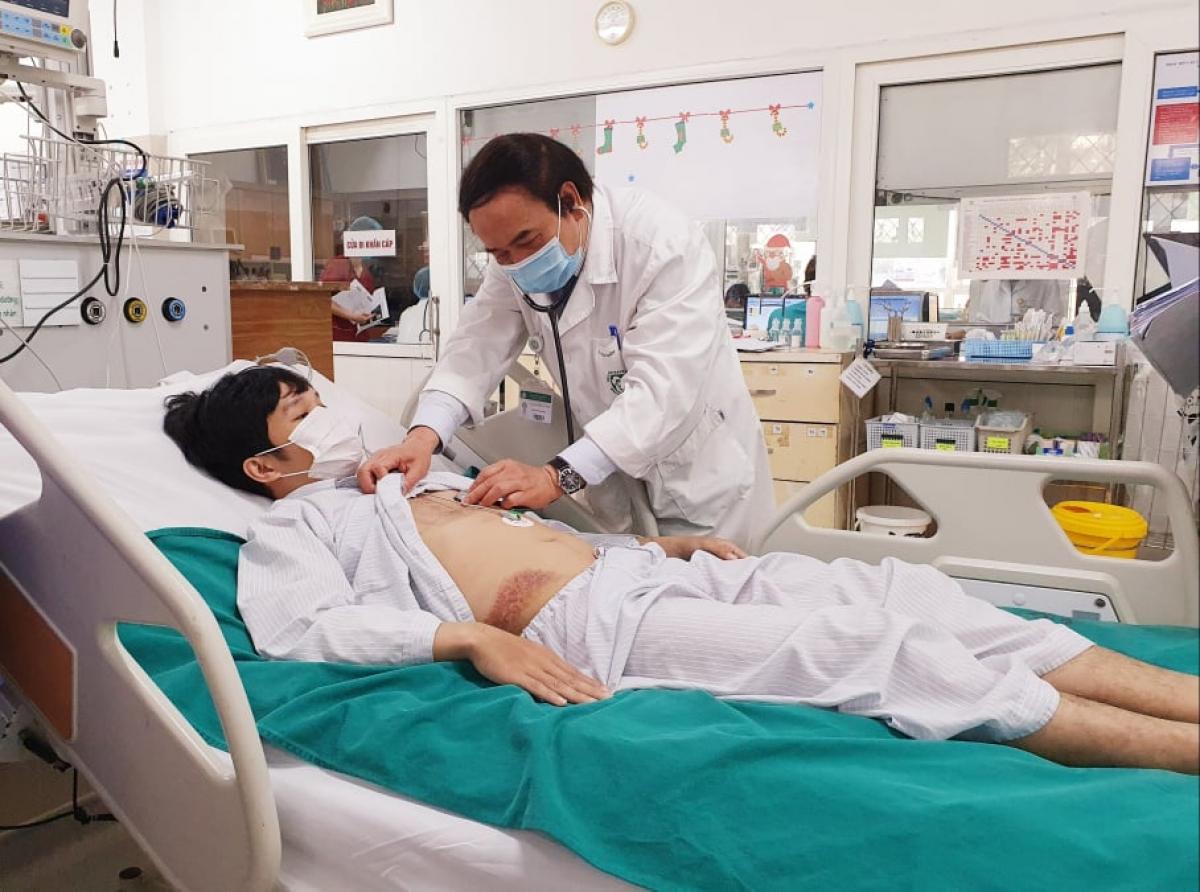 PGS.TS Nguyễn Văn Chi thăm khám cho bệnh nhân.