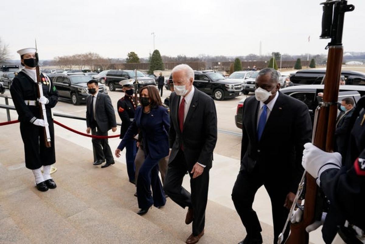Tổng thống Mỹ Joe Biden và Phó Tổng thống Kamala Harris thăm Bộ Quốc phòng Mỹ (Ảnh: AP)